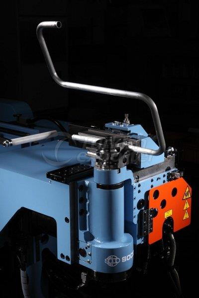 Máquina de processamento de metal